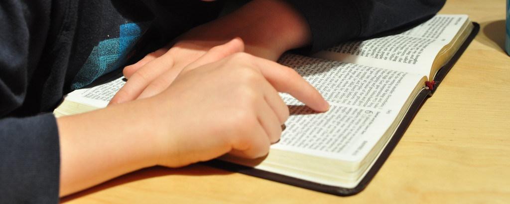 escola-menino-biblia-policia